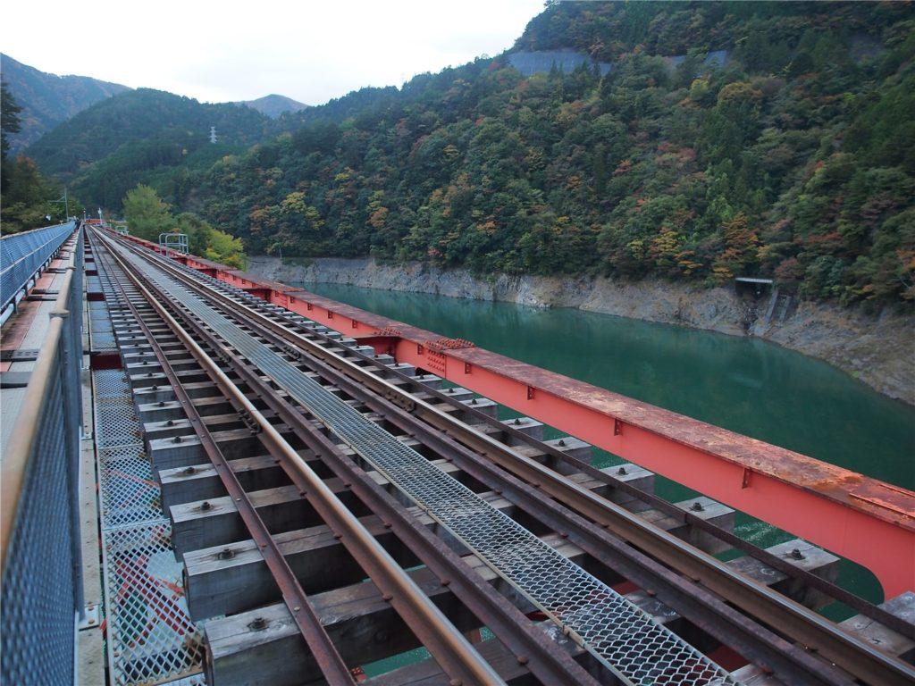 橋を歩いて駅まで