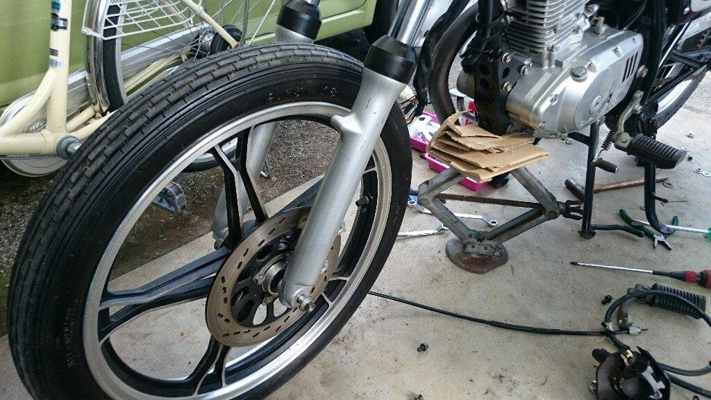 【バイク】フロントタイヤ(ホイール)を外す手順(GN125Hの場合)