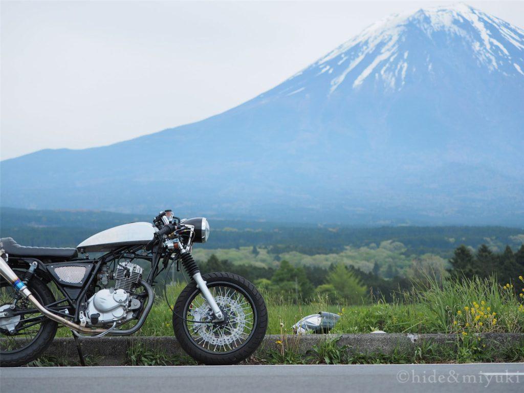 GN125と富士山。朝霧高原付近にて。(F2.8 40mm