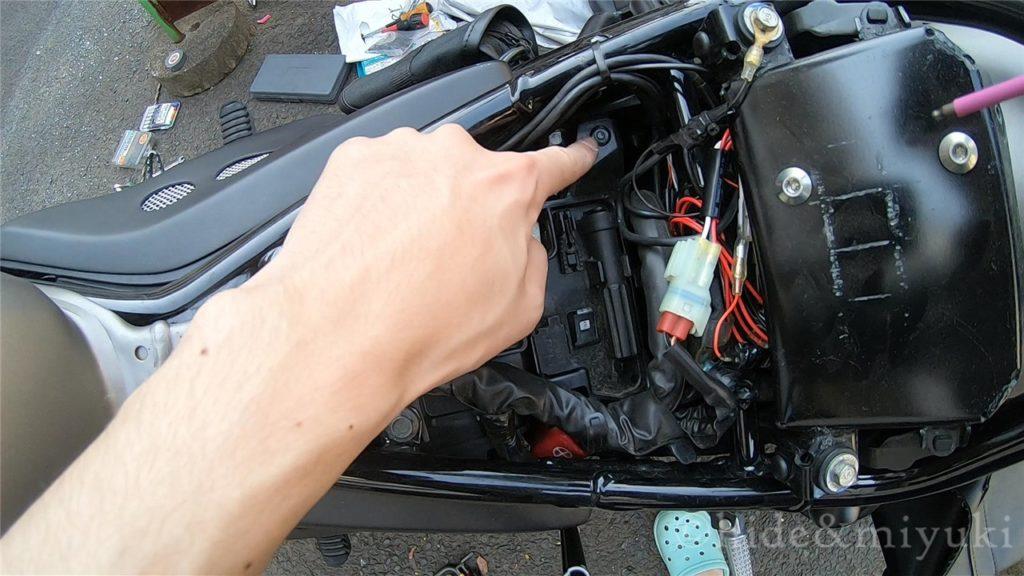 バッテリー上部のプレートを外す3